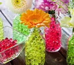 Необычные вазы из стеклянных бутылочек – тренд нового сезона